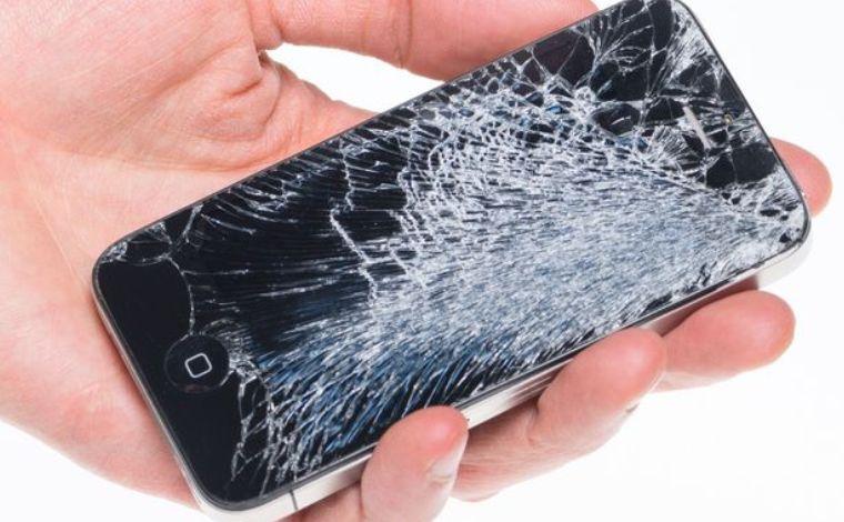 Пример смартфона с разбитым экраном